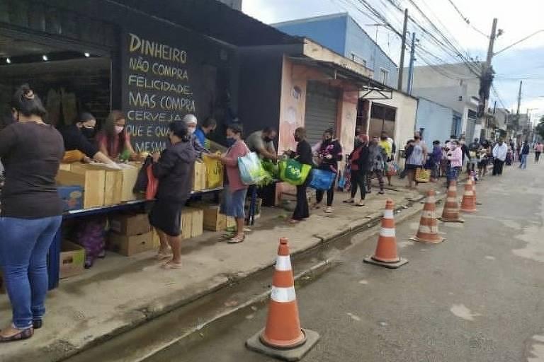 Fila da Feira da Amizade organizada em frente ao Bar do Junior  (Weslley Galzo/Agência Mural)