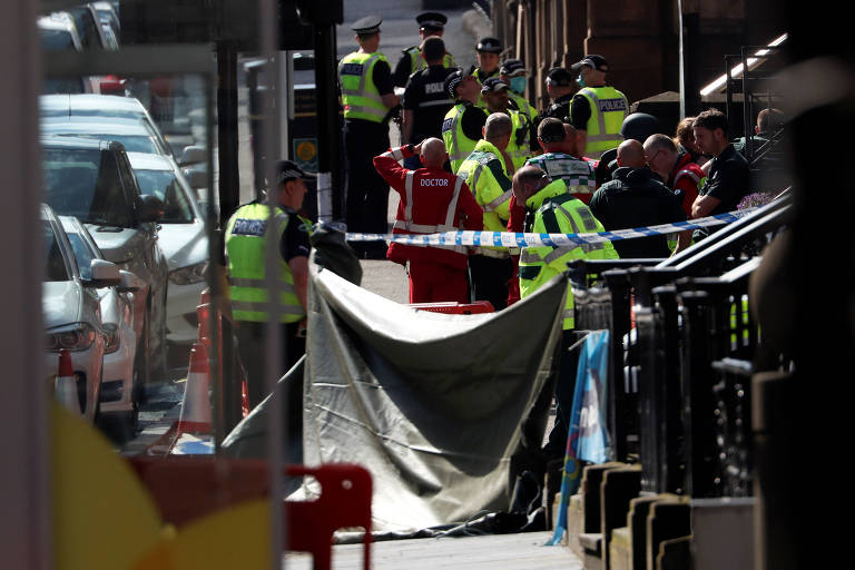 Serviços de emergência prestam socorro em local onde homem realizou ataque com faca, em Glasgow