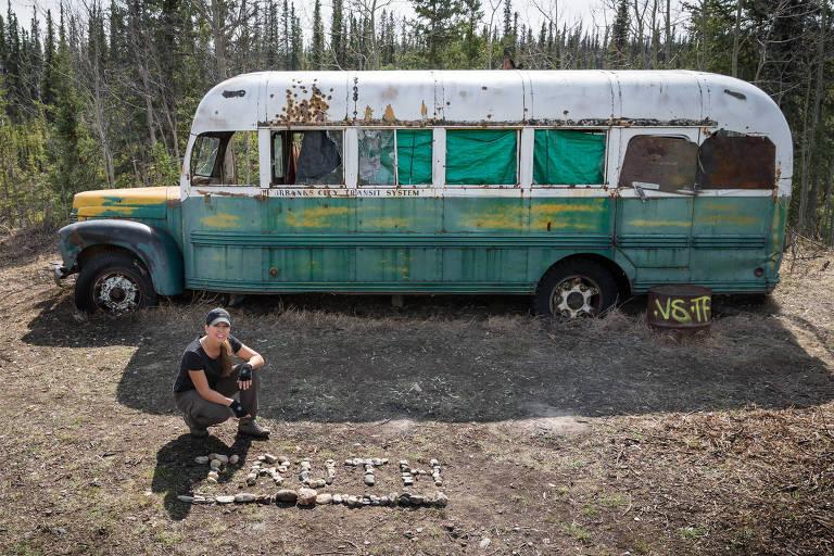 Carine McCandless, ao lado do ônibus onde seu irmão foi encontrado morto no Alasca