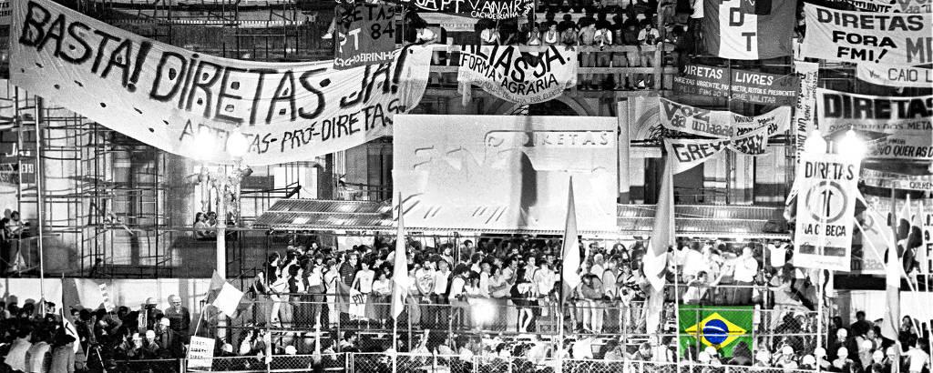 Comício pelas Diretas em frente à Prefeitura de Porto Alegre, em 1984; a bandeira do Brasil foi colorizada