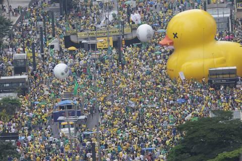 SÃO PAULO, SP, BRASIL, 13.03.2016 - Manifestantes contrários ao governo de Dilma Rousseff (PT) pedem o seu impeachment e o fim da corrupção, neste domingo (13), na av. Paulista, em São Paulo (SP). O protesto contra a presidente Dilma Rousseff em São Paulo neste domingo (13) é o maior ato político já registrado na cidade, superando inclusive a principal manifestação pelas Diretas Já, em 1984. (Foto: Danilo Verpa/Folhapress)