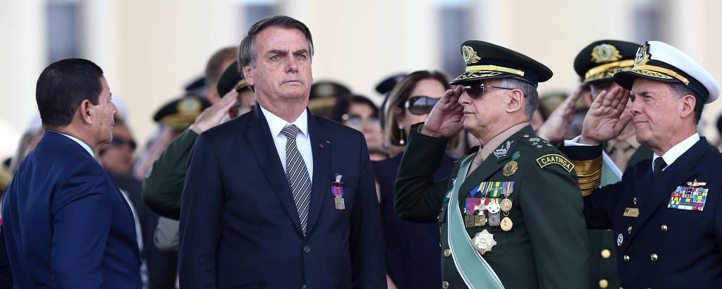 Jair Bolsonaro cercado de militares