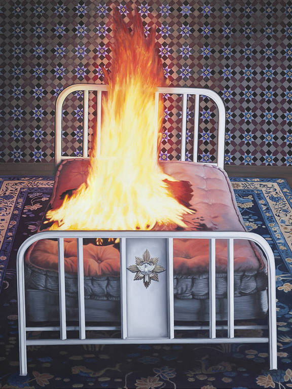 Na pintura, uma cama está pegando fogo. Ela está sobre um tapete e a parede tem um papel de parede.