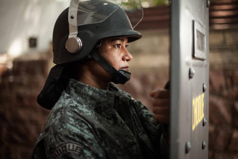 A cabo da Polícia Militar (PM) Carolina durante posa no 2º Batalhão do Choque, no bairro da Luz