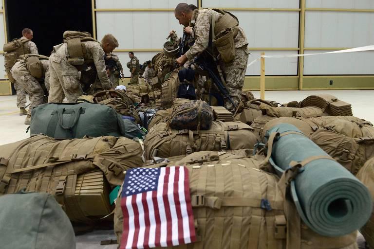Militares americanos organizam equipamento ao chegarem em Kandahar, em 2014