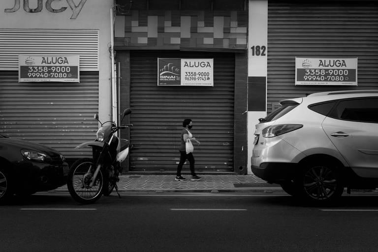 """Placas de """"aluga-se"""" em portas de lojas vazias na rua Silva Pinto, no Bom Retiro"""