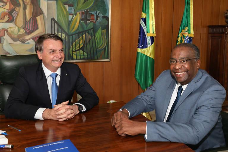 Sentados e sorrindo: presidente Jair Bolsonaro (sem partido) junto com o novo ministro da Educação, Carlos AlbertoDecotelli