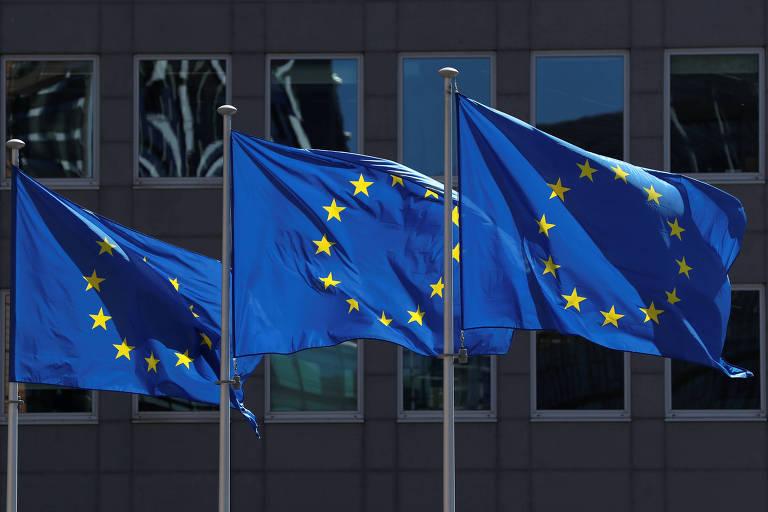 Bandeiras da União Europeia em frente ao prédio da Comissão Europeia, em Bruxelas