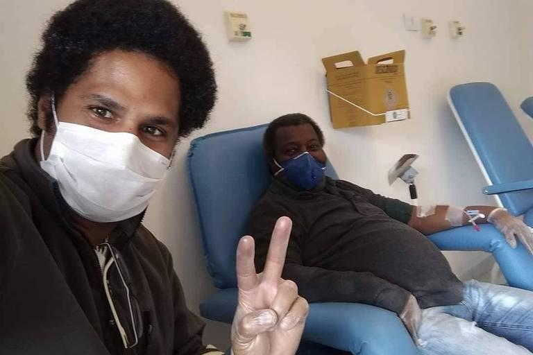 Gésio Amadeu e o filho, Mário Amadeu, em hospital durante tratamento para a Covid-19