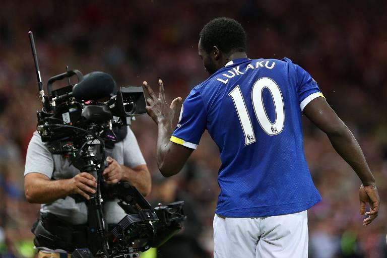 O belga Lukaku, então no Everton, faz sinal para câmera após fazer gol pelo Campeonato Inglês