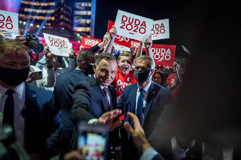 O presidente polonês e candidato à reeleição, Andrzej Duda, cumprimenta apoiadores antes de participar de debate em Varsóvia