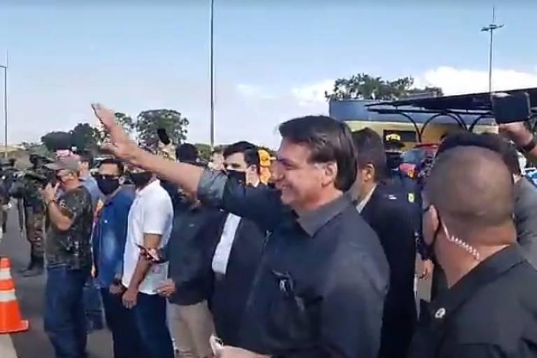 O presidente Jair Bolsonaro no acostamento da BR-050 acena a simpatizantes