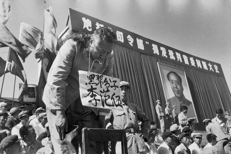 O governador da província chinesa de Heilongjiang Li Fanwu tem o cabelo cortado em praça pública por jovens da Guarda Vermelha, em Harbin, por ser acusado de tentar se parecer com Mao Tsé-tung