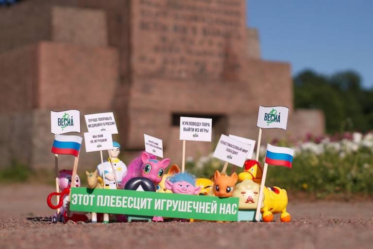 Protesto em São Petersburgo feito com brinquedos do grupo Vesna contra o referendo constitucional da Rússia