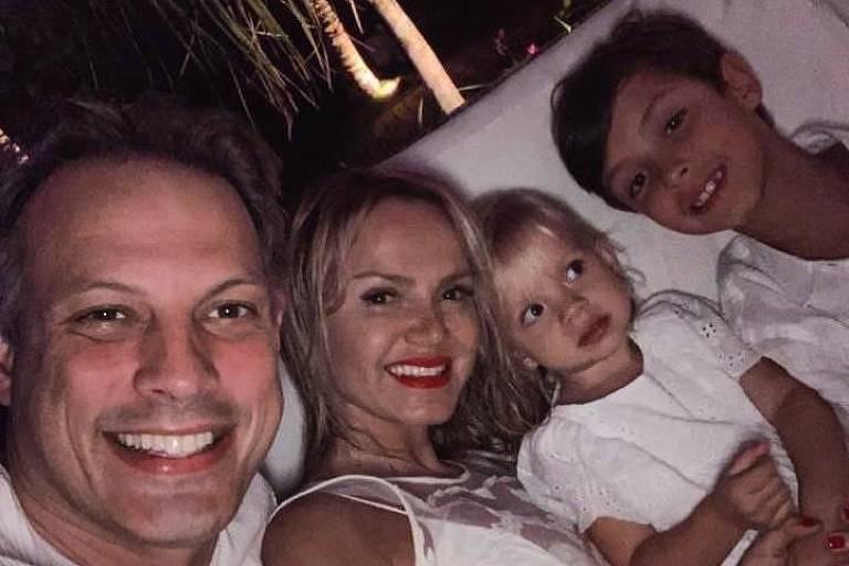 Eliana ao lado de Adriano Ricco e dos filhos Arthur e Manuela