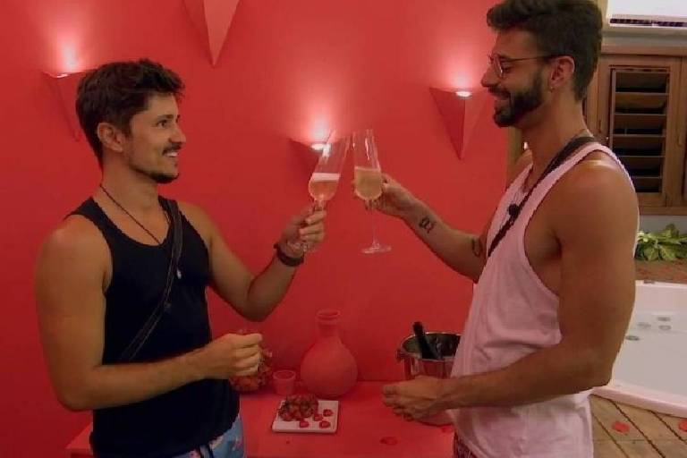 Rafael e Matheus protagonizam a primeira suíte gay do De Férias com o Ex Brasil