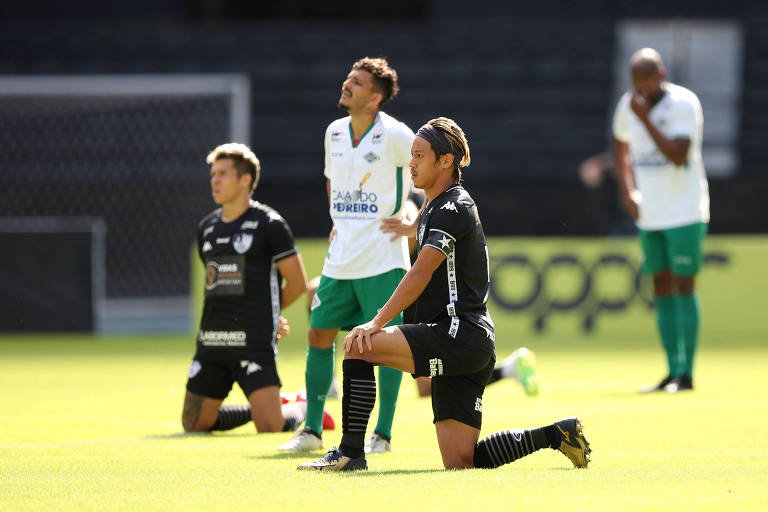 """Jogadores do Botafogo ajoelhados em apoio ao movimento """"Black Lives Matter"""" durante a partida contra a Cabofriense"""