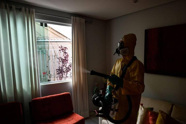 Funcionário de empresa privada higieniza casa em Belo Horizonte (MG)