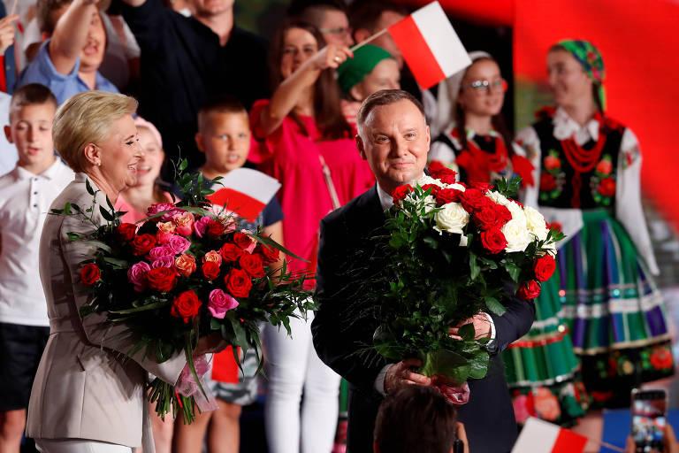 O atual presidente da Polônia e candidato à reeleição, Andrzej Duda, ao lado de sua mulher, Agata Kornhauser-Duda, comemora em evento em Lowicz resultados de boca de urna da eleição