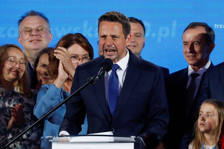 O ccandidato à Presidência da Polônia, Rafal Trzaskowski, discursa após divulgação dos resultados de boca de urna em evento em Varsóvia