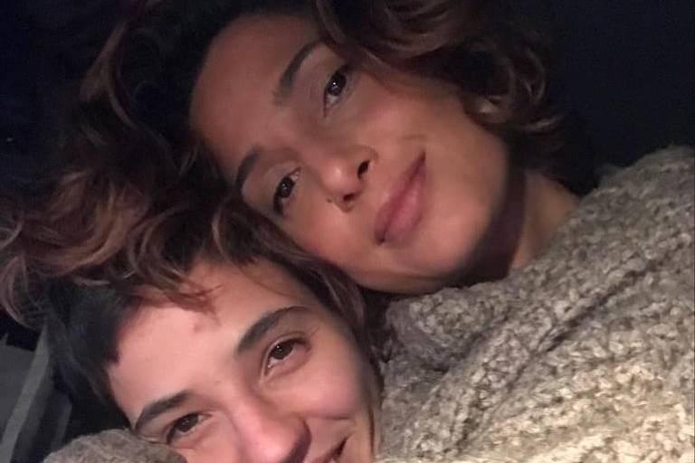 Camila Pitanga posa agarradinha com a namorada e diz: 'Orgulho'