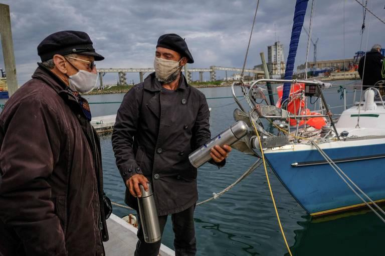Juan Manuel Ballestero, à dir., conversa com o pai, Carlos, ao chegar a Mar del Plata