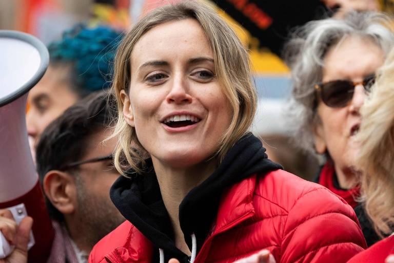 A atriz Taylor Schilling em protesto ambiental em Washington, DC