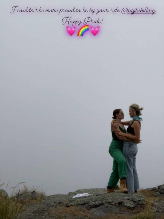 Emily Ritz e Taylor Schilling assumem namoro