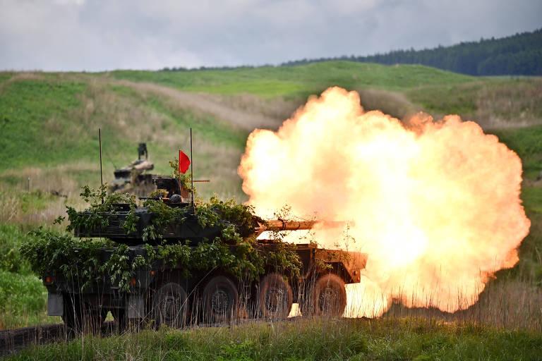 Carro de combate Tipo 16 atira durante exercício das Forças de Autodefesa do Japão em Gotemba, em maio
