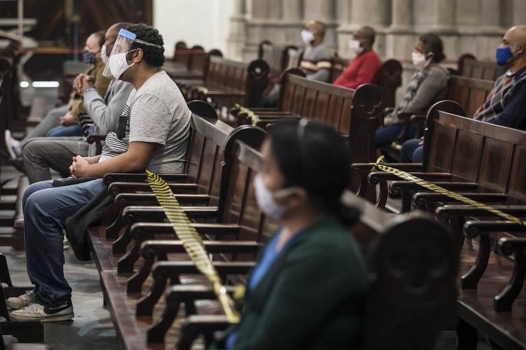 Mantendo distância física e de máscara, fiéis celebram missa na Catedral da Sé; celebrações presenciais retomaram na capital no fim de junho