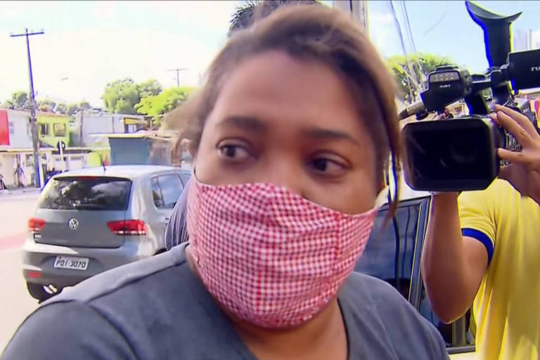 A mãe de Miguel, Mirtes Renata de Souza, em frente à delegacia em que a ex-patroa foi depor