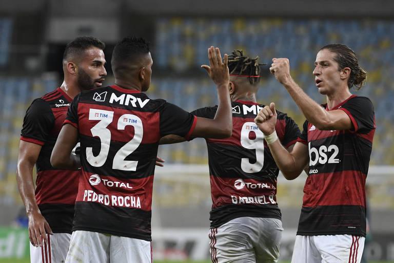 Jogadores do Flamengo comemoram gol contra o Bangu, no Maracanã, na retomada do estadual do Rio