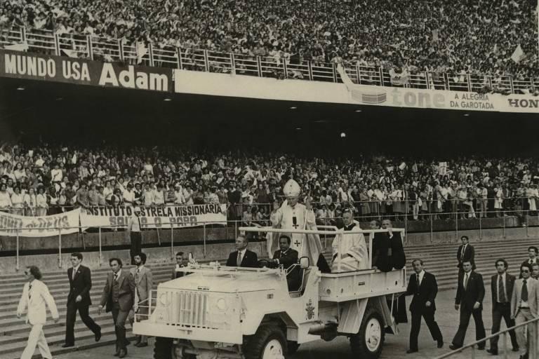 Papa, em cima de jeep, acena para multidão