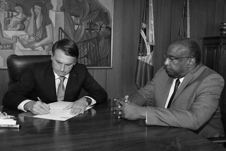 Jair Bolsonaro e o novo ministro da Educação, Carlos Alberto Decotelli, na sexta-feira (26)