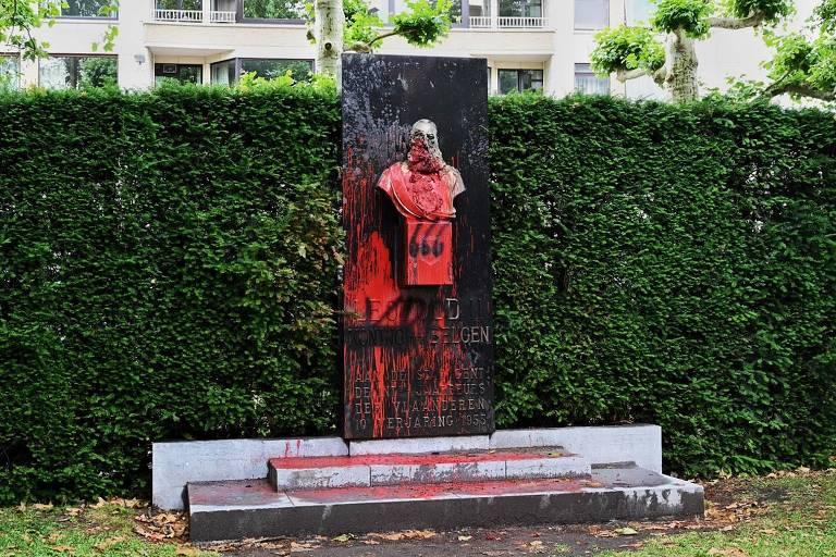 Estátua do rei Leopoldo 2º, responsável pela morte de 10 milhões de pessoas na República Democrática do Congo, é pichada com tinta vermelha na cidade de Ghent, na Bélgica