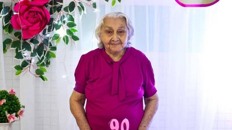Raimunda Coeli Maia Pinto comemorando o seu aniversário de 90 anos com um bolo