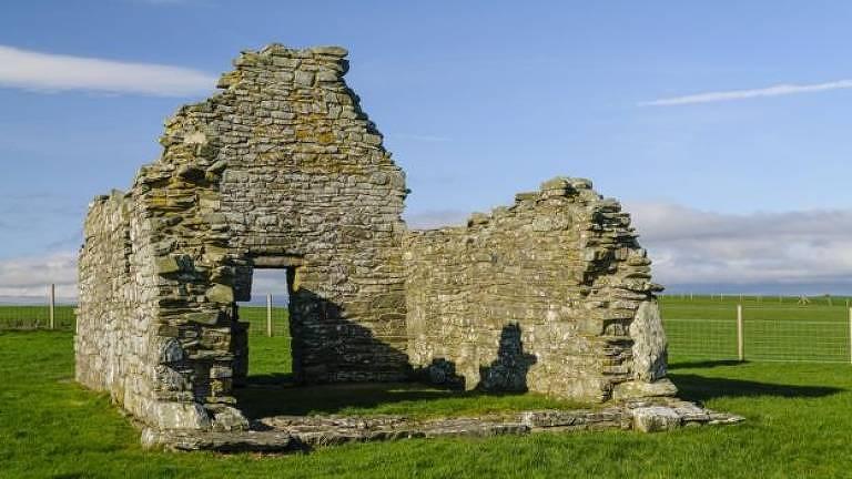 Havia uma cidade ao redor daquela igreja em ruínas?