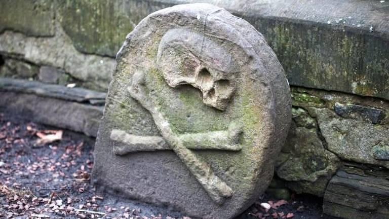 Este sinal foi colocado em cemitérios para alertar sobre a Peste Negra