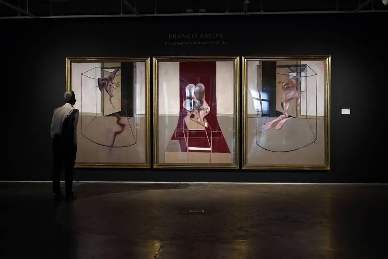 """Uma pessoa olha a obra """"Masterpiece of Tragic Grandeur, de Francis Bacon, em 23 de junho de 2020"""