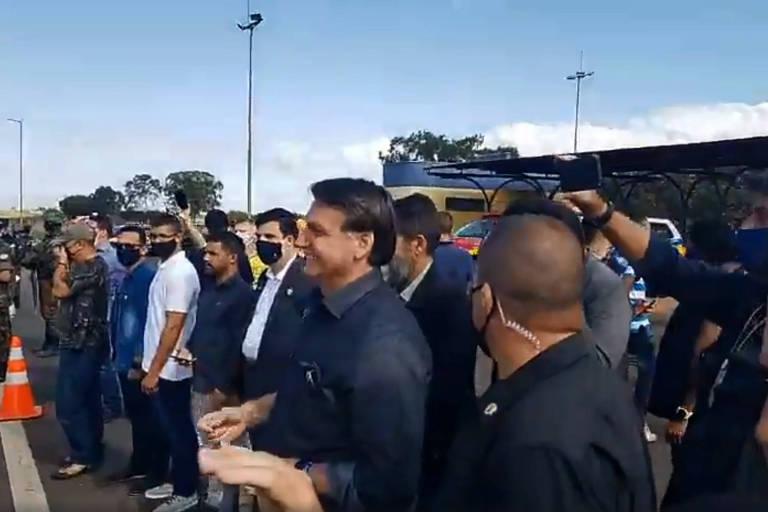 Presidente Jair Bolsonaro faz aglomeração em rodovia