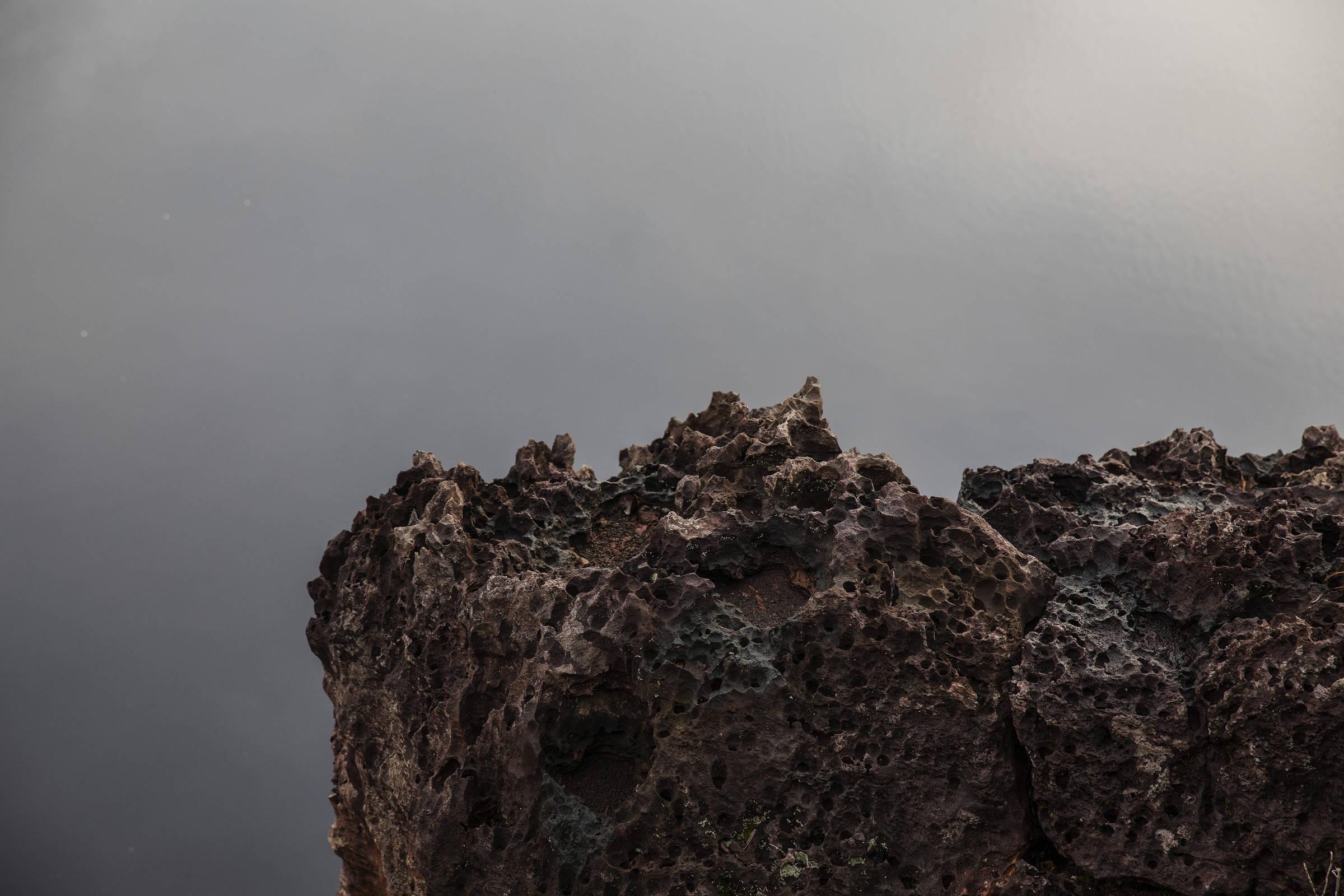 Formações rochosas às margens do lago do Dragão; região dentro da Terra Indígena Balaio concentra uma das maiores reservas de nióbio do mundo