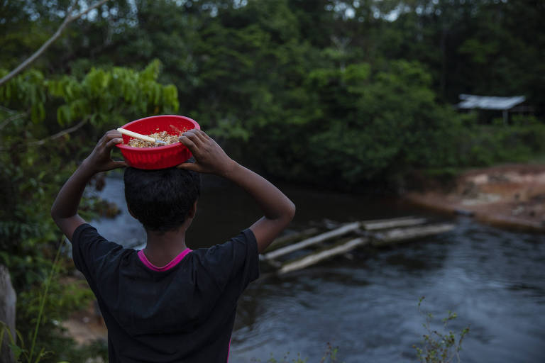 Indígenas da comunidade Ya-Mirim tomam banho em um rio na Terra Indígena Balaio, na região de São Gabriel da Cachoeira