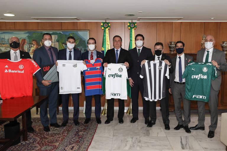 Presidente e dirigentes posam com camisas de clubes; Bolsonaro está com a do Palmeiras