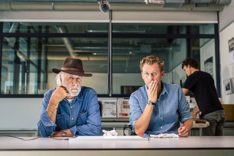 """Homens sentados com mão nos queixos em cena do documentário """"Dutch Angle: Fotografando Apocalypse Now"""""""