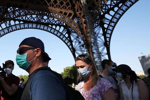 (200625) -- PARIS, 25 junio, 2020 (Xinhua) -- Personas se forman para visitar la Torre Eiffel en el día de su reapertura, en París, Francia, el 25 de junio de 2020. La Torre Eiffel reabrió al público el jueves luego de un cierre de más de tres meses debido a la pandemia de COVID-19. (Xinhua/Gao Jing) (jg) (vf) (ce)