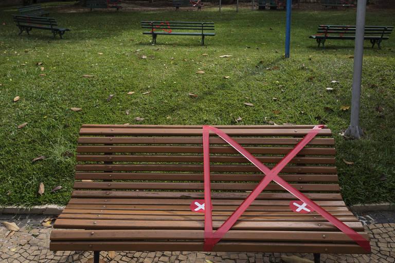 Bancos do clube Hebraica são demarcados para manter distanciamento social