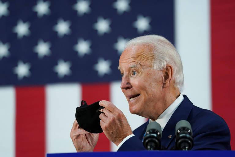 Joe Biden recoloca máscara após discursar durante evento de campanha em Wilmington, no estado de Delaware