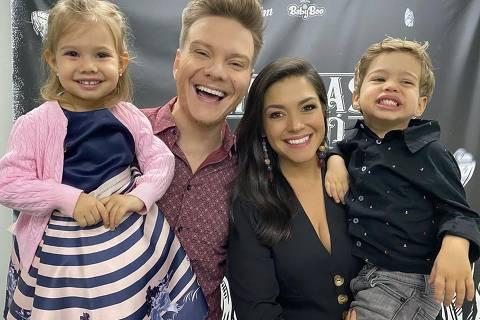 Michel Teló com a esposa Thaís Fersoza e os filhos Melinda e Teodoro