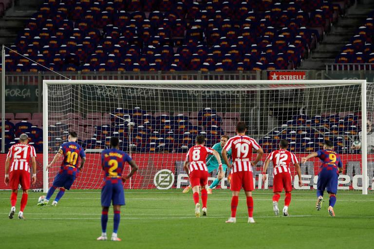Messi cobra pênalti com cavadinha para anotar o 700º gol de sua carreira