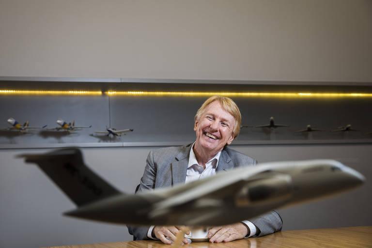 O presidente da Embraer Defesa e Segurança, Jackson Schneider, com um modelo do C-390